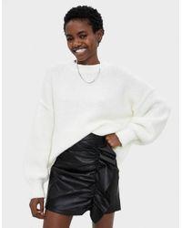 Falda efecto piel con volantes Bershka de color Black