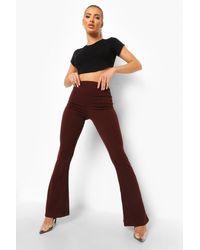 Pantalones Acampanados Con Detalle De Costuras En Crepé Boohoo de color Brown