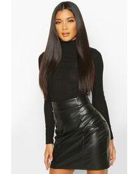 Minifalda Con Efecto Cuero Con Costuras Por Delante Boohoo de color Black