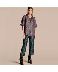 Burberry Geometric Wallpaper Print Silk Twill Cropped Pyjama-style Trousers In Dark Mineral Blue |