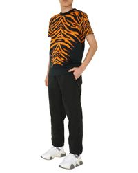 T-SHIRT GIROCOLLO IN COTONE CON STAMPA ANIMALIER di Versace Jeans in Black da Uomo