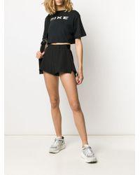 T-shirt crop à logo imprimé Nike en coloris Black