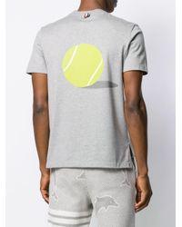 メンズ Thom Browne テニスボールディテール Tシャツ Gray