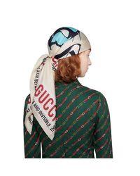 Foulard en soie à imprimé masques Gucci pour homme en coloris White