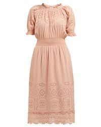 Robe midi à broderie anglaise Naomie Sea en coloris Pink