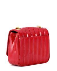 Sac en cuir verni matelassé Vicky Small Saint Laurent en coloris Red