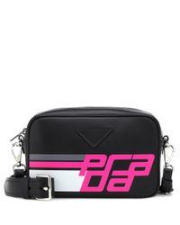 Borsa camera case in pelle liscia con maxi stampa e tracolla amovibile di Prada in Black
