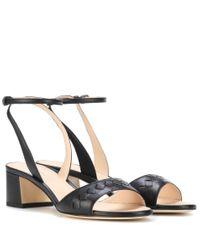 Sandali in pelle intrecciata di Bottega Veneta in Black