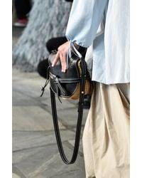 Bolso cruzado Gate Mini de rafia Loewe de color Black
