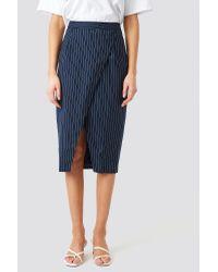 Pinstriped Asymmetric Skirt NA-KD en coloris Blue