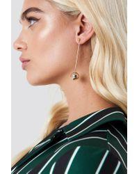 NA-KD - Metallic Stiff Bar Hanging Globe Earrings Gold - Lyst