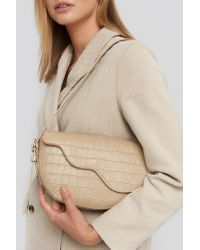 NA-KD Half Moon Saddle Flap Shoulder Bag in het Natural