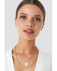 NA-KD Double Pearl Pendant Necklace in het Metallic
