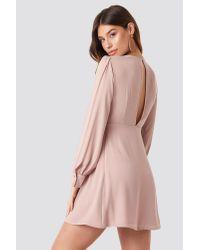 NA-KD Open Back Flowy Mini Dress in het Pink