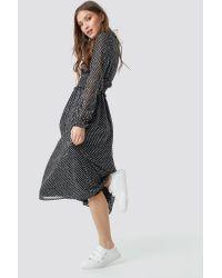 Smock Detail V-Neck Midi Dress NA-KD en coloris Black