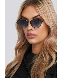 NA-KD Drop Shape Metal Frame Sunglasses in het Black