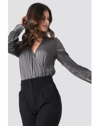 NA-KD Side Button Up Blouse in het Gray