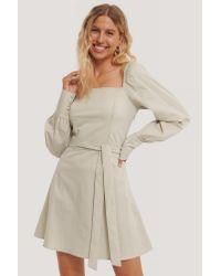 NA-KD Natural Boho Kleid Mit Fluffigen Ärmeln Und Taillenschnürung