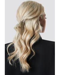 Big Shimmering Hair Clip NA-KD en coloris Gray