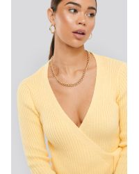 NA-KD Overlap Ribbed Knitted Sweater in het Yellow