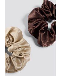 2-Pack Satin Scrunchies NA-KD en coloris Brown