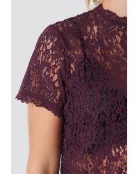 High Neck Short Sleeve Lace Top NA-KD en coloris Purple