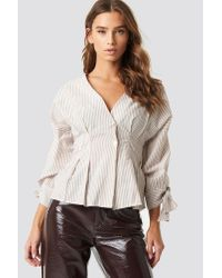 NA-KD Pleat Detail Front Button Top in het Natural