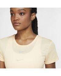 Top a manica corta di Nike in Orange