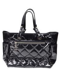 Bolsa de mano en charol negro Chanel de color Black