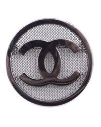 Broche en metal plateado CC Chanel de color Multicolor