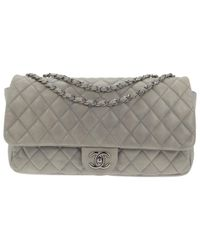 Bolsa de mano en cuero gris Timeless/Classique Chanel de color Gray
