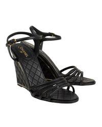 Scarpe col tacco in pelle nero di Chanel in Black