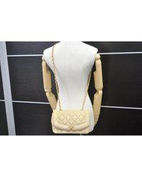 Bolsa de mano en cuero beige Diana Chanel de color Natural