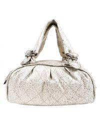 Bolsa de mano en cuero dorado Chanel de color Multicolor