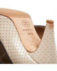 Tacones en cuero beige Chanel de color Natural
