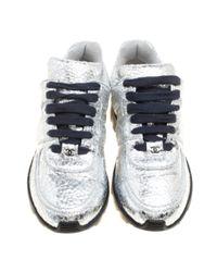 Scarpe da ginnastica in pelle metallizzato di Chanel in Multicolor