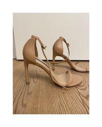 Sandales à talons cuir beige Stuart Weitzman en coloris Natural