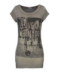 T-shirt di Sexy Woman in Gray