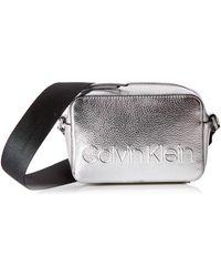 Calvin Klein Edged Camera Bag Met Umhängetasche - Mettallic