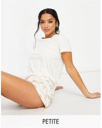 Chelsea Peers Petite - Ensemble pyjama t-shirt et pyjama à imprimé abeilles métallisées - Crème - Blanc