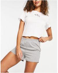 Pieces – Pyjamaset aus Shorts und T-Shirt mit Blumenstickerei - Weiß