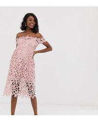 Chi Chi London - Robe mi-longue en dentelle style Bardot - Rose - Lyst