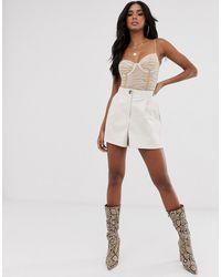 ASOS – Anzug-Shorts aus Kunstleder, mit Fransen im Western-Stil - Weiß