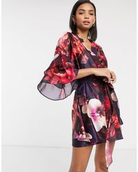 Ted Baker – Splendour – Geblümter Kimono mit Rüschenärmeln - Lila