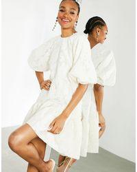 ASOS Кремовое Фактурное Платье С Присборенной Юбкой И Многоярусным Подолом - Белый