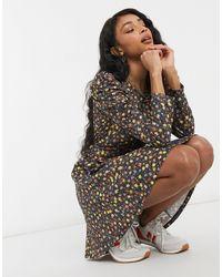 TOPSHOP Vestido corto con estampado floral, detalle fruncido y bajo con volantes - Multicolor