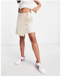 Fashion Union – Gerippter Wickel-Minirock - Weiß