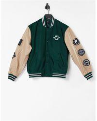 ASOS - Chaqueta universitaria verde con insignias y mangas a contraste - Lyst