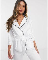 Bluebella – Wren – Satin-Pyjama mit Kimono-Oberteil und Hose - Weiß