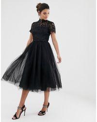 Chi Chi London - Vestido midi de encaje con cuello alto y falda de tul en negro - Lyst